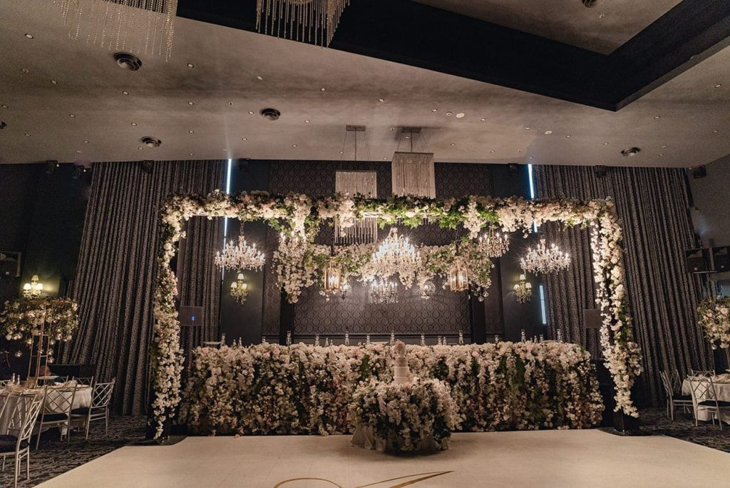 Full artificial silk flowers for bridal table